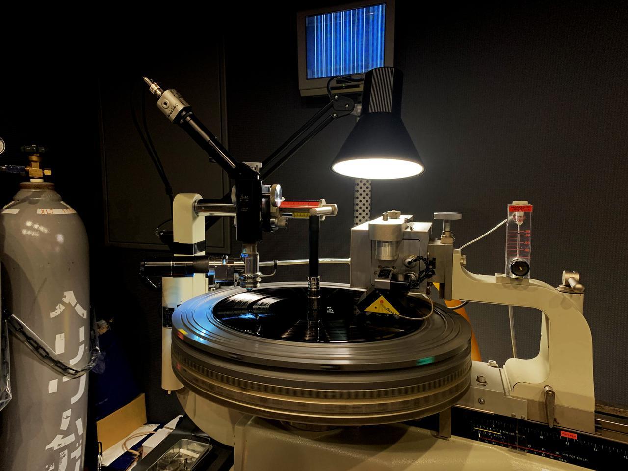 画像: 「ガルパン」アナログレコードのカッティングは、ソニー・ミュージックスタジオのノイマンVMS70で行なった。写真上部のモニターにはアナログレコードの溝の拡大映像が見える。