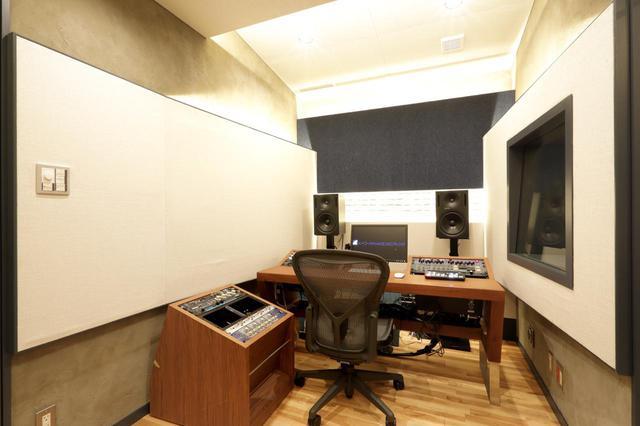 画像: ブース脇のコントロール・ルームには、Blackmagic Designの配信機材も置かれている