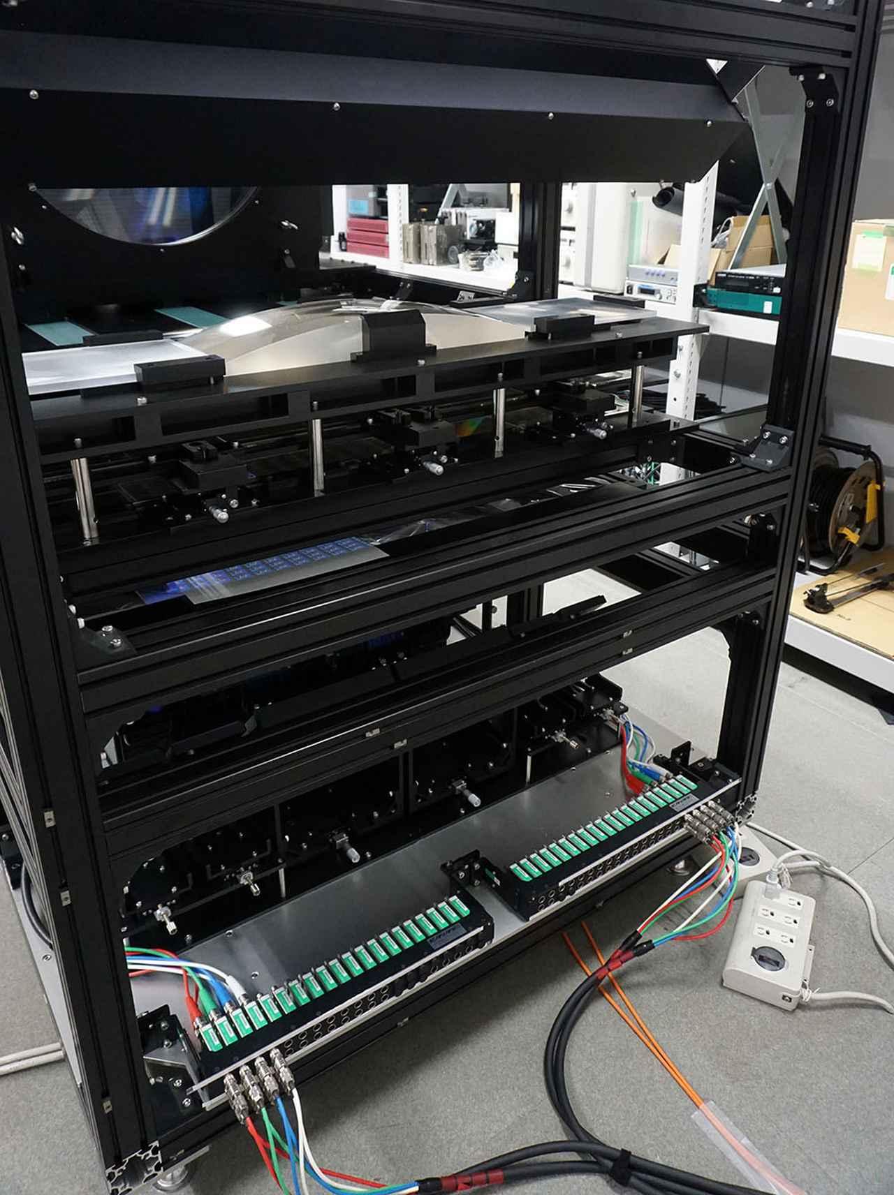 画像: アクティナビジョンディスプレイの背面。写真下部にプロジェクターが内蔵されており、ここで投写した映像をプリズムとレンズを使って重畳し、本体前方のスクリーンに背面投写する仕組だ