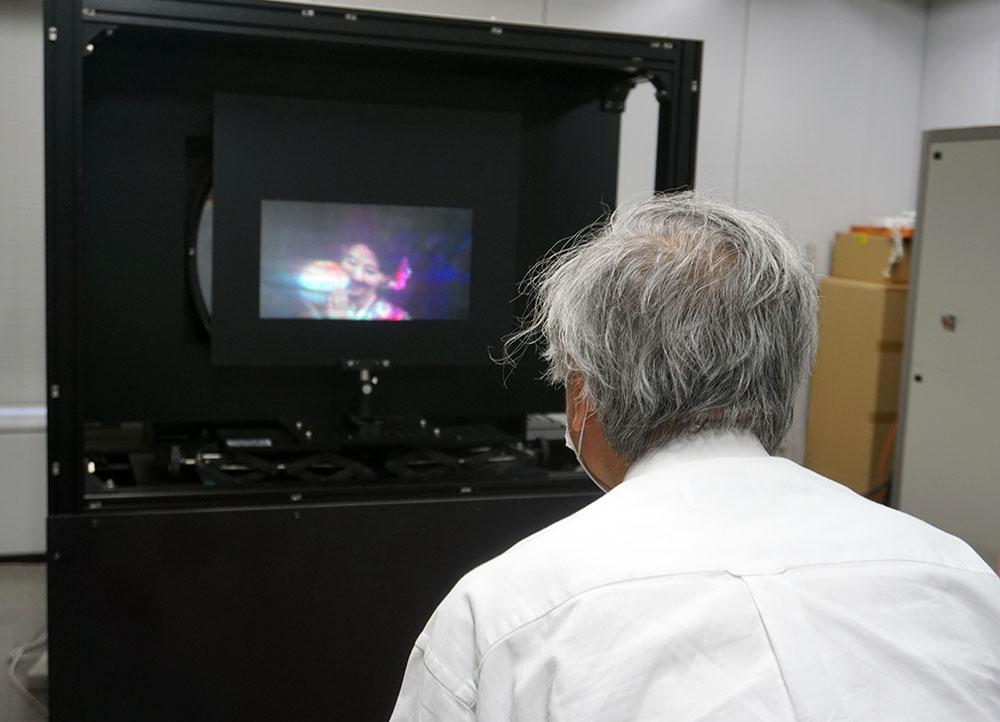 画像: アクティナビジョンの映像を確認する麻倉さん