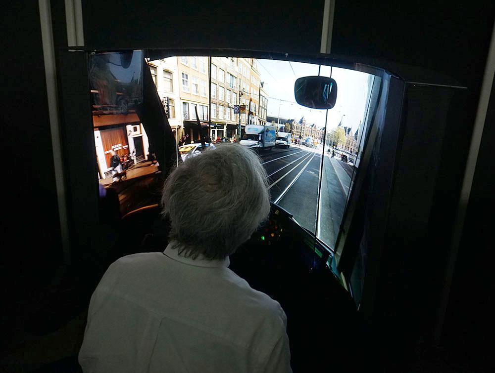 画像: 没入型VRディスプレーを体験する麻倉さん。視野いっぱいに高品質な映像が映し出された際の臨場感は驚くほど!