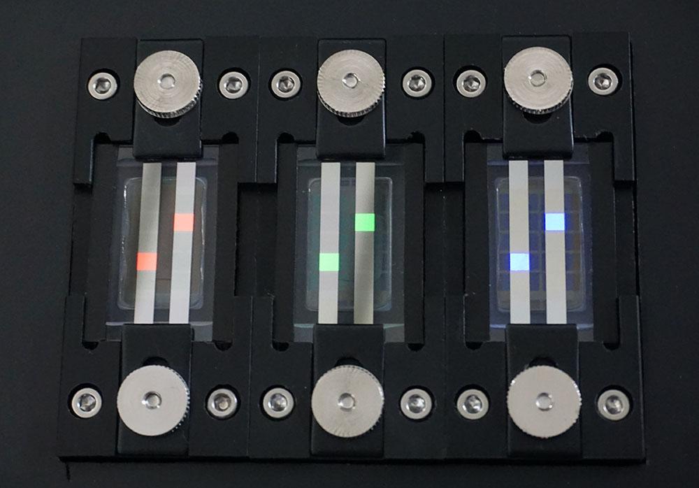 画像: 量子ドット素子を使ったRGBのパネルを光らせてもらった。電圧を高くすると輝度も上がるのだとか
