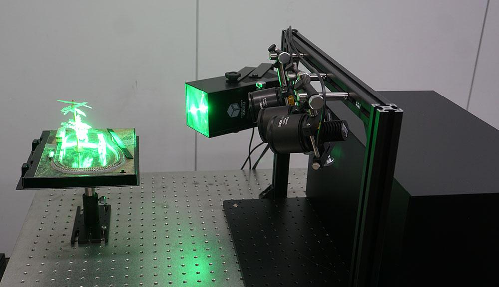 画像: 実際の撮影の様子。今回はグリーンのLED照明で、奥行を持った画像を撮影していた