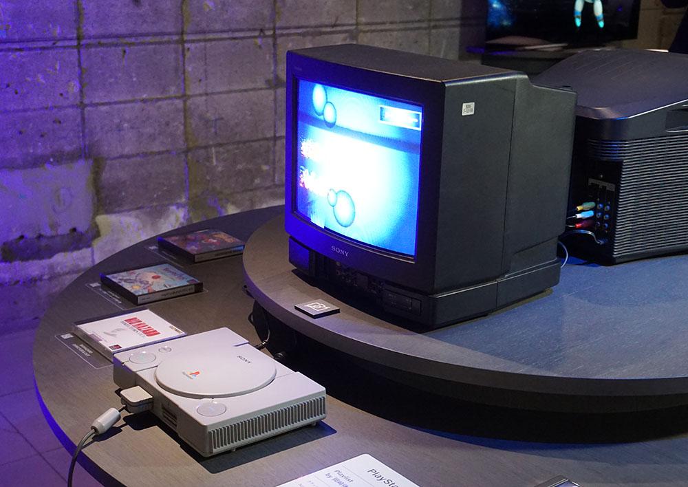 画像: 初代プレイステーションとブラウン管テレビで、岡崎体育氏が選んだゲームが楽しめる「Playlist by 岡崎体育」。来場者も5分間のみプレイ可能
