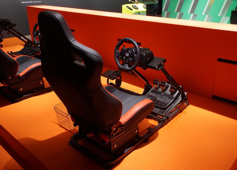 画像: ヘッドホンを装着し、ガイドメロディを頼りにレーシングカーを操作する「大爆走!オーディオレーシング」