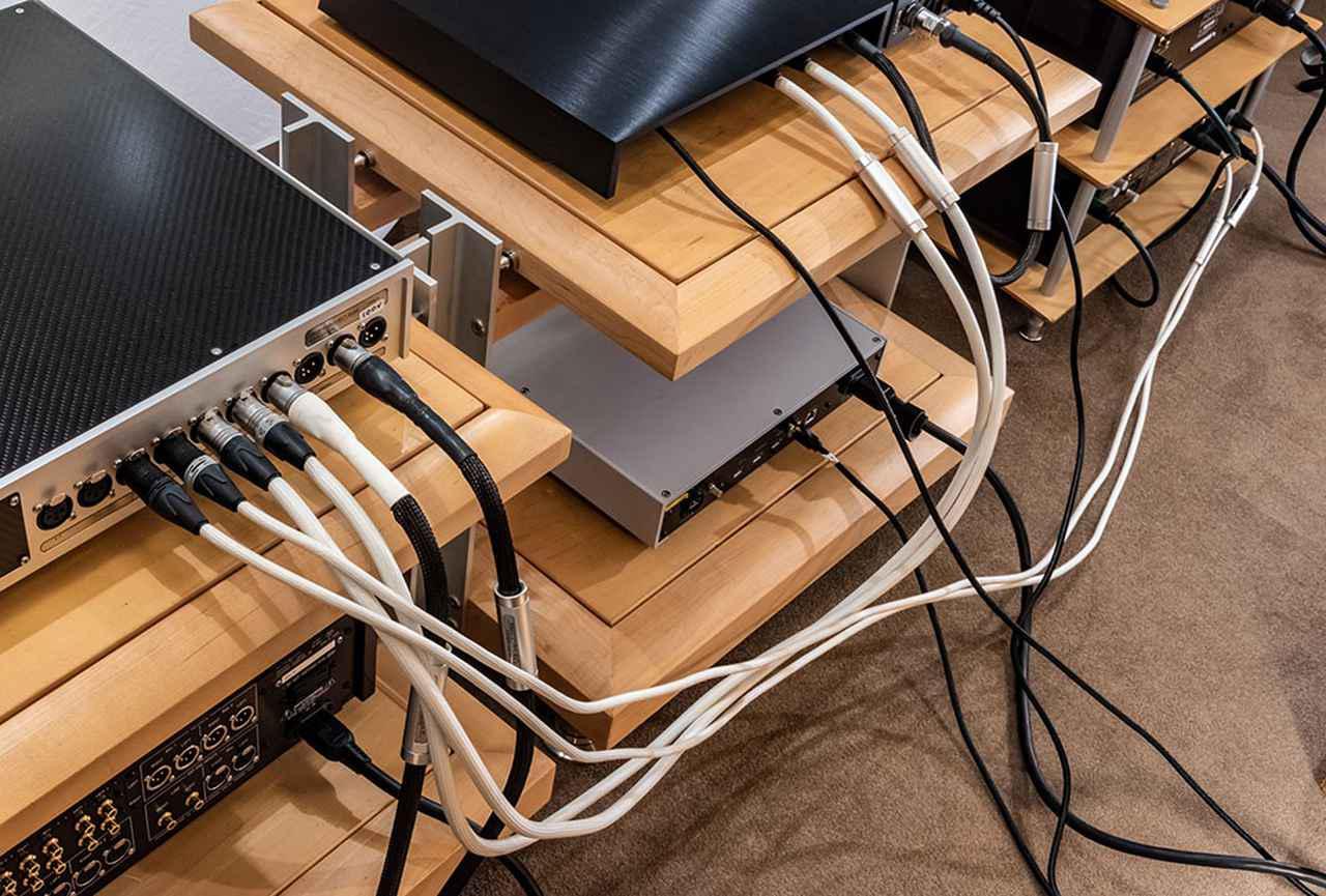 画像: ウェストミンスターラボは、ルーミンの電源回路やオプションの電源ケーブルで協業している。今回の試聴で使った、X1の電源と本体の間をつなぐDCケーブル「X1-X1-C」(¥363,000、税込、0.6m)や、X1とQuest、Rei間をつないだ信号ケーブルは、すべてウェストミンスターラボが手がけている