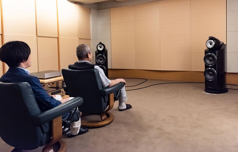 画像: 試聴はL/Rスピーカーを底辺とした二等辺三角形の頂点にふたつの椅子を縦並びに配置して行った