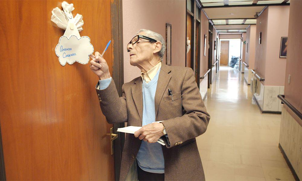 """画像1: 【コレミヨ映画館vol.57】『83歳のやさしいスパイ』養老ホームに潜入せよ! おじいちゃんの""""ミッション・インポッシブル""""始まる"""