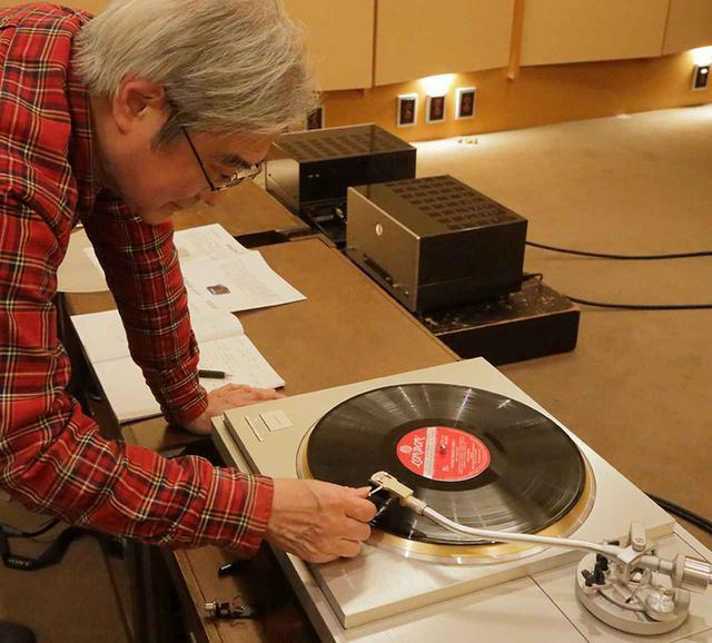 画像: JT80BKの針先をレコード盤に下ろす吉田氏。 試聴に使用したレコードプレーヤーはテクニクス SL-1000R ¥1,600,000