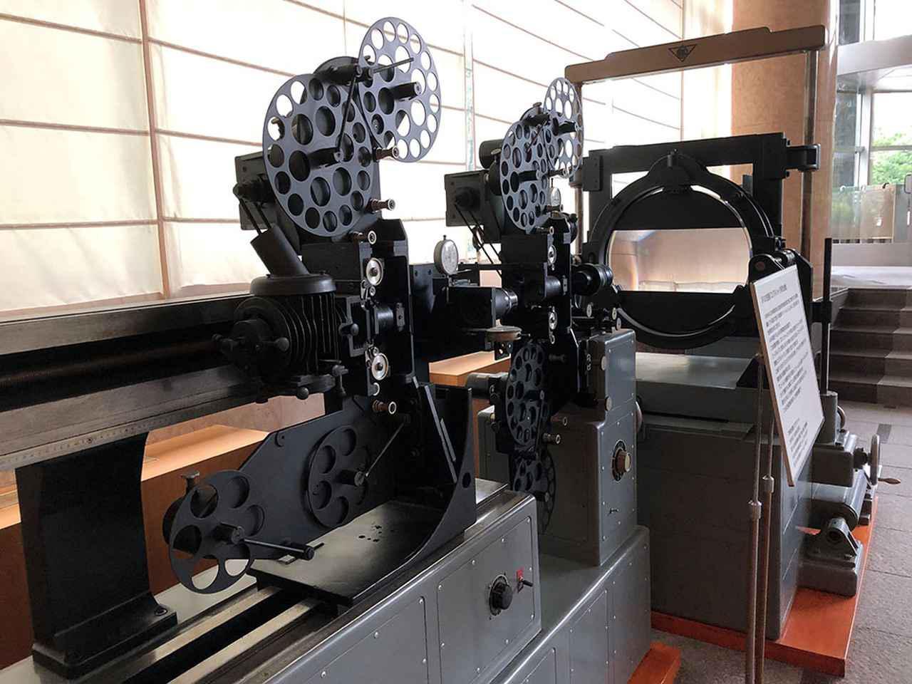 画像: 試写が行われた五反田・イマジカのロビーに展示されている「エリアルイメージ特殊合成機」。制作されたばかりの1966年、『大魔神怒る』では武神像が湖を割って進む有名なカットのオプチカル合成で使われている