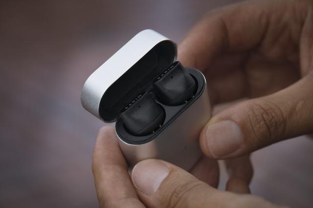 画像: 14.3mmの大口径ドライバーによって、軽く装着していてもしっかりと音圧や低音が感じられる。小さく薄いケースで携行性もよい。ワイヤレス充電にも対応する