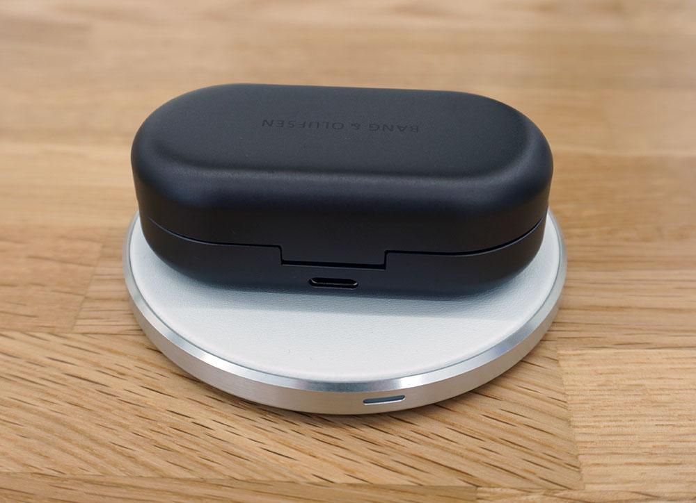 画像: 充電はUSB Type-Cによる有線方式の他に、ワイヤレス充電にも対応する(写真の充電用パッドは別売)
