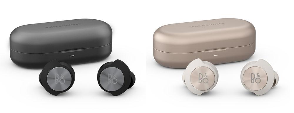 画像: 左がBlack Anthracite仕上げで、右がSand Gold Tone仕上げ。充電ケースは航空機グレードのアルミにアルマイト処理を加えることで、ポケットや鞄にそのまま入れてもひっかき傷などが付きにくくなっている