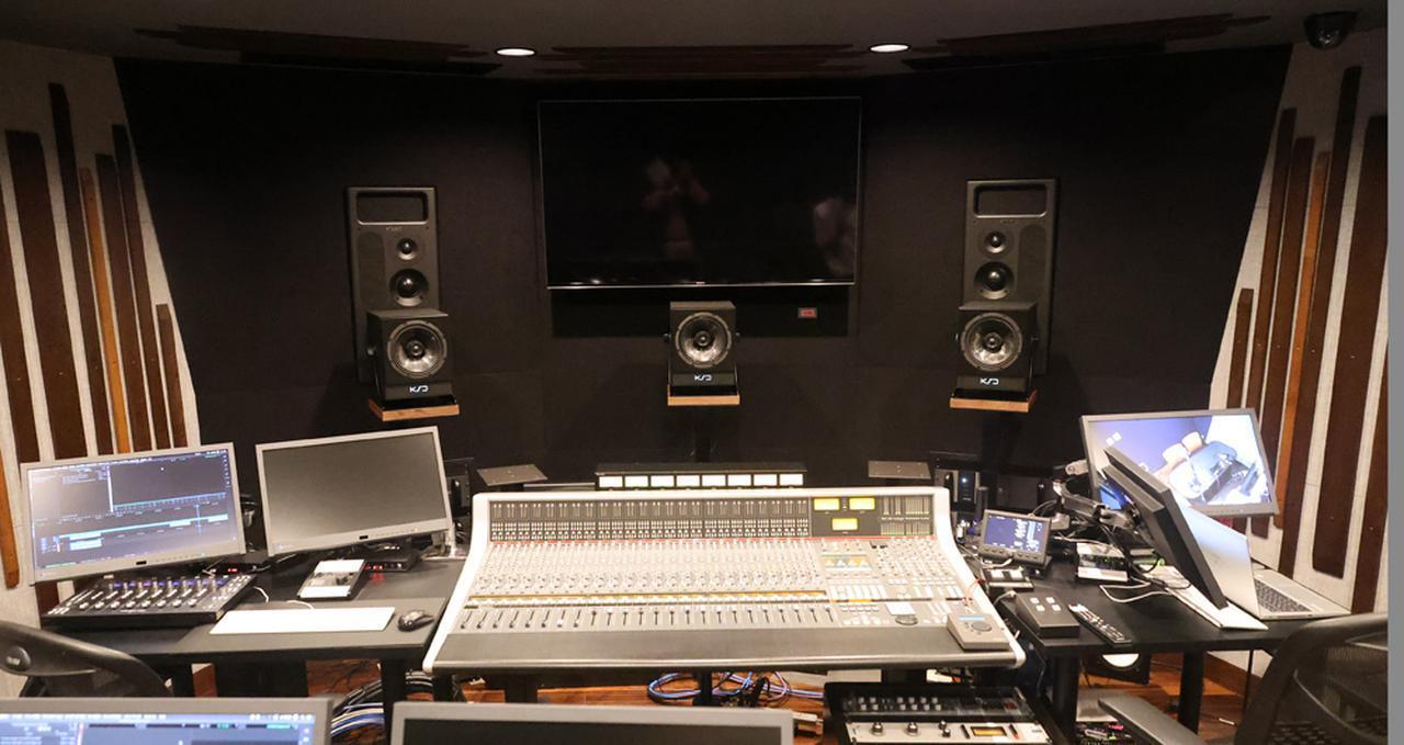 画像: ▲MA室は、ステレオと5.1chの音響制作に対応し、それぞれにシステム(スピーカー)が用意されている。ステレオ用には壁に埋め込まれたPMC「IB2S-A II」が、5.1ch用はKS Digitalの「C8」が宛がわれている。ちなみにステレオ制作時には、5.1chのフロント3chについては、電動で下がるようになっている。使用時には、プールから出てくるマジンガーZのようにせり上がってくる仕掛けだ