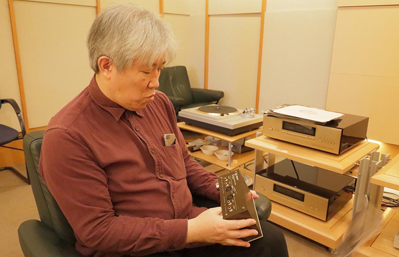 画像: ↑試聴時の三浦氏 試聴に使用したレコードプレーヤー ・テクニクスSL-1000R ¥1,600,000 試聴に使用したカートリッジ ・フェーズメーションPP-2000 ¥440,000