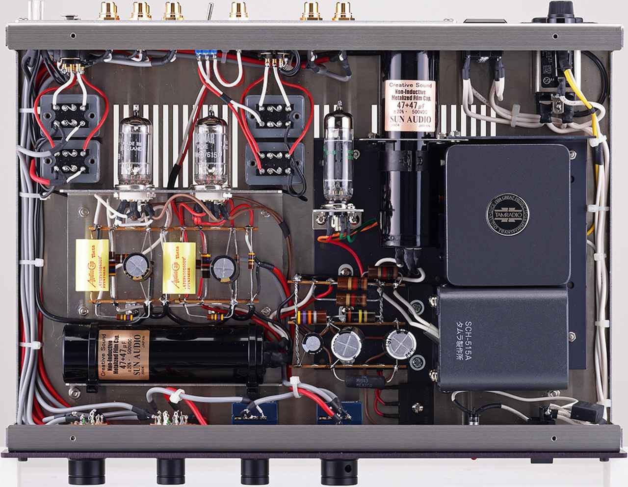 画像: 天板を開けた内部。信号増幅部にはローノイズかつ長寿命の英国BRIMAR製の高信頼管CV4068/6158を採用。電源部と増幅部には自社製ブロック型メタライズドフィルムコンデンサーを各1個使用、チョークには同社パワーアンプにも採用のタムラ製特注品を横向きにして搭載。