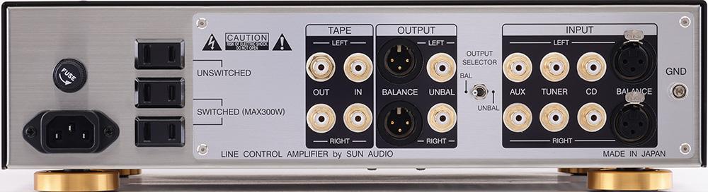 画像: バランス入出力端子が加えられたリアパネル。伝送は入出力それぞれにタムラ製ライントランスを介して行なわれ、その組合せによる音色の違いも楽しめる。