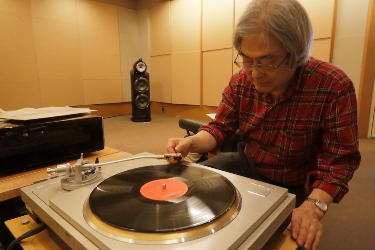 画像: 持参のLPレコードに針を下ろす吉田氏 試聴に使用したレコードプレーヤー/テクニクスSL1000R ¥1,600,000(税別)、MC昇圧トランス/エアータイトATH3 s(Lowインピーダンス仕様)¥180,000(税別)