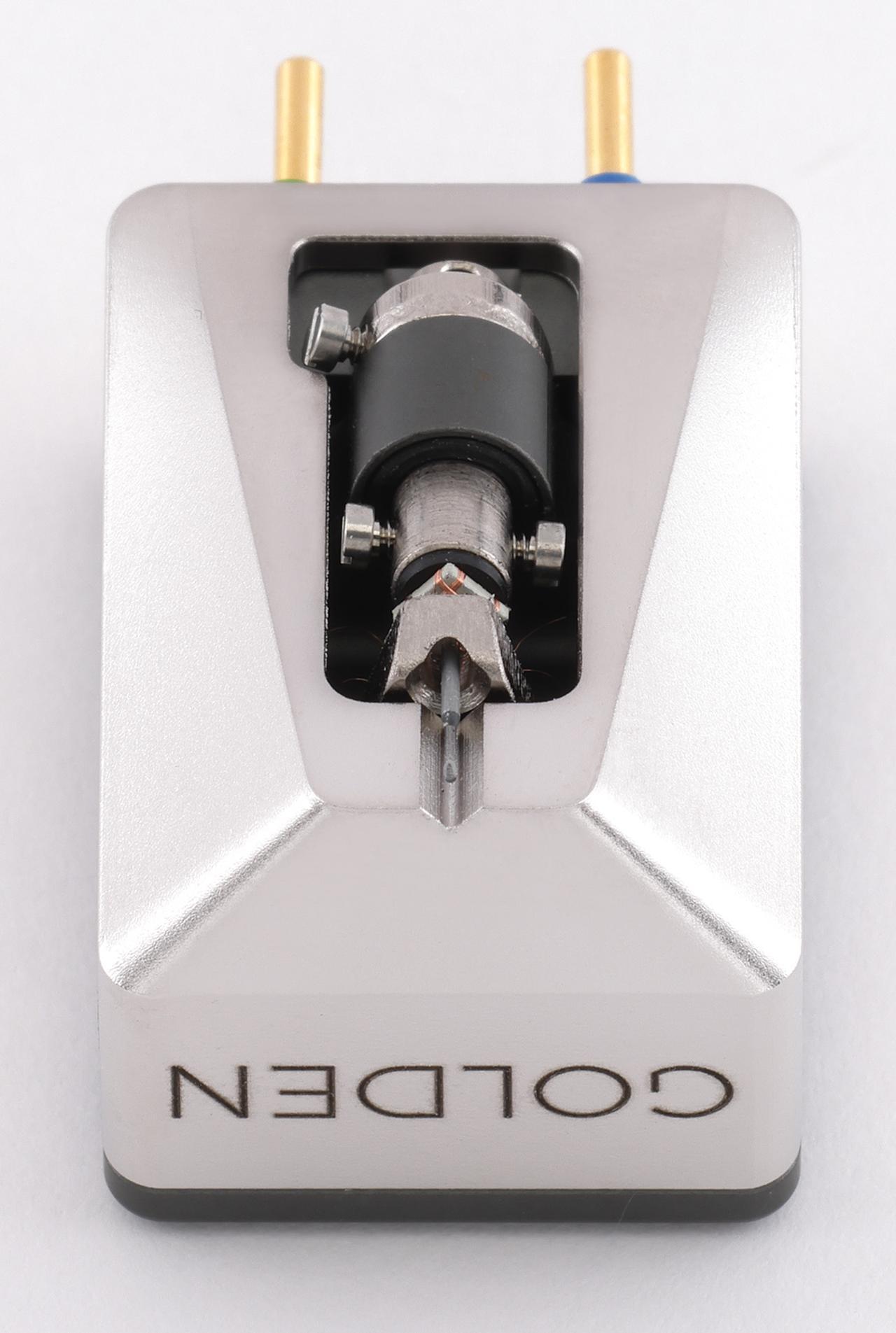 画像: ネオジムマグネットによる磁気回路を採用、四角い鉄心に巻かれたコイルは4N銅線。ボロン製カンチレバーにはマイクロリッジスタイラスが取り付けられる。ボディはアルミ製でロジウムメッキを施している。