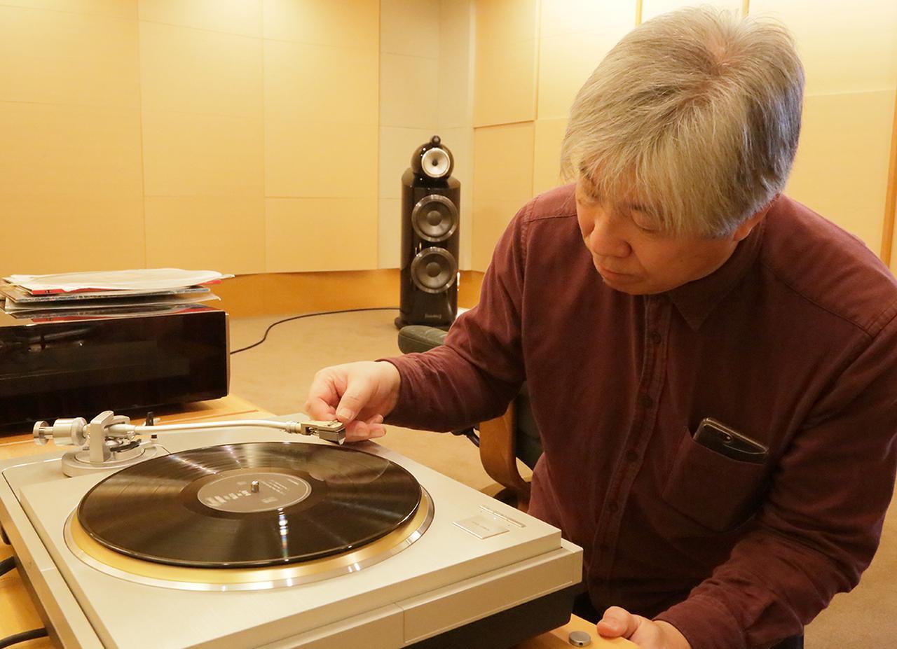 画像: レコード盤にBrilliantの針を下ろす三浦氏。