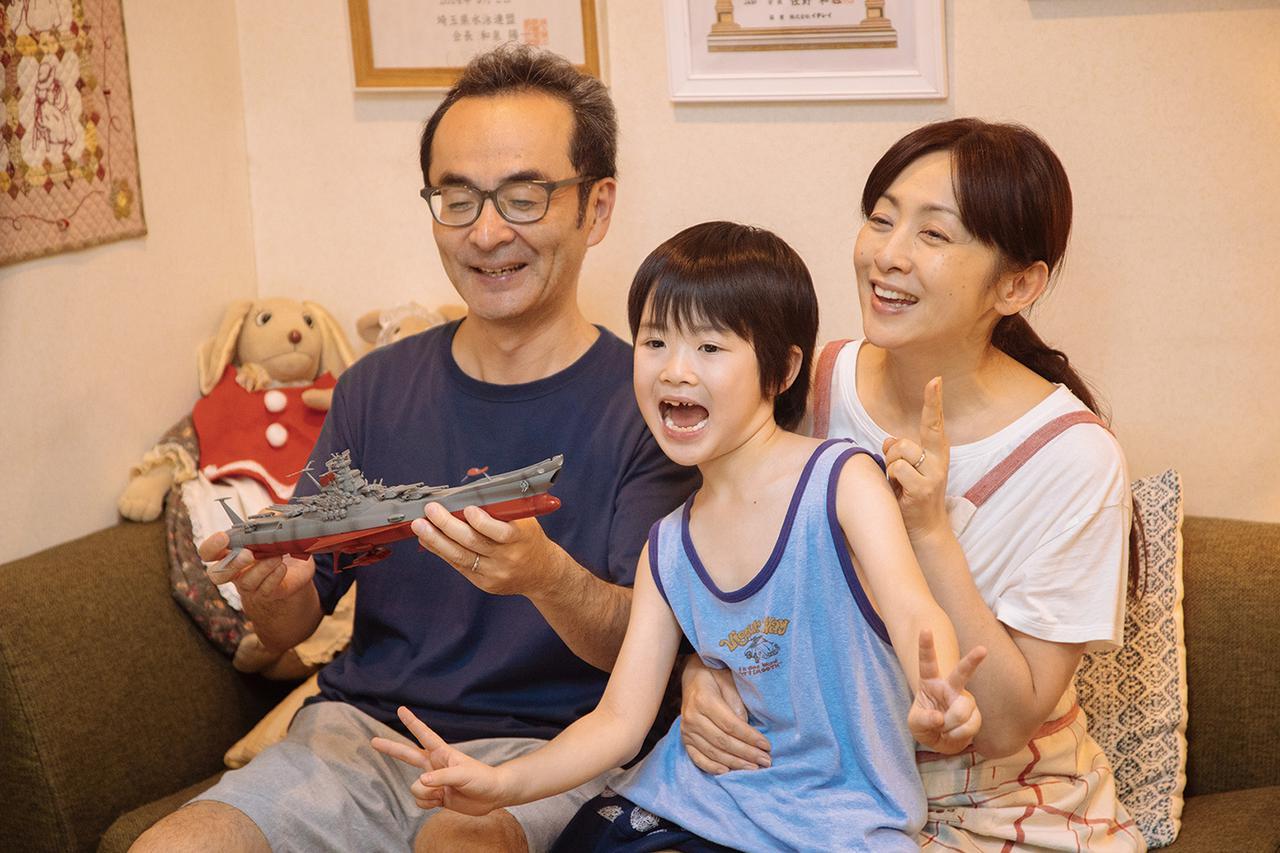 画像: 義理の父、実の母、弟と、家族全員が仲良く笑いが絶えない家庭で暮らしている美波だが……