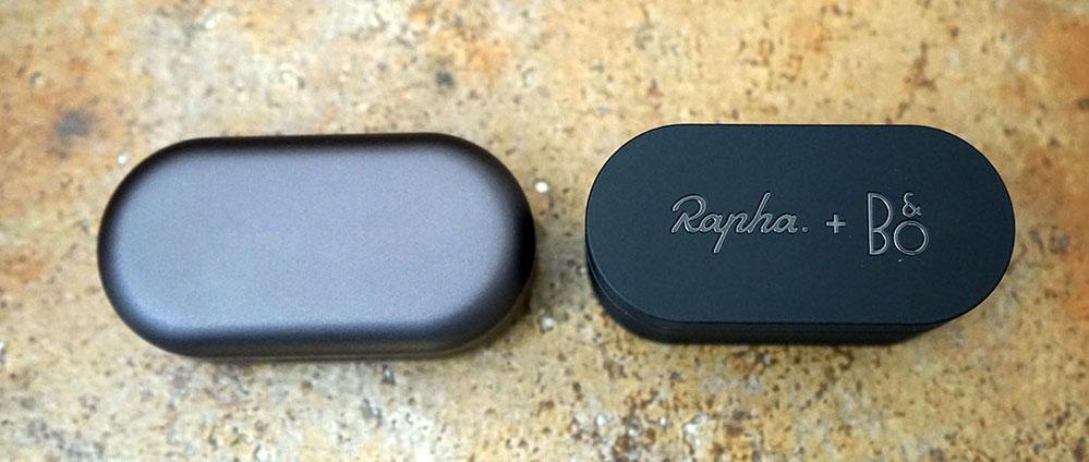 画像: 左が「Beoplay EQ」で、右が「E8 Sport Rapah Edition」。充電ケースの幅と奥行はほとんど同じ印象