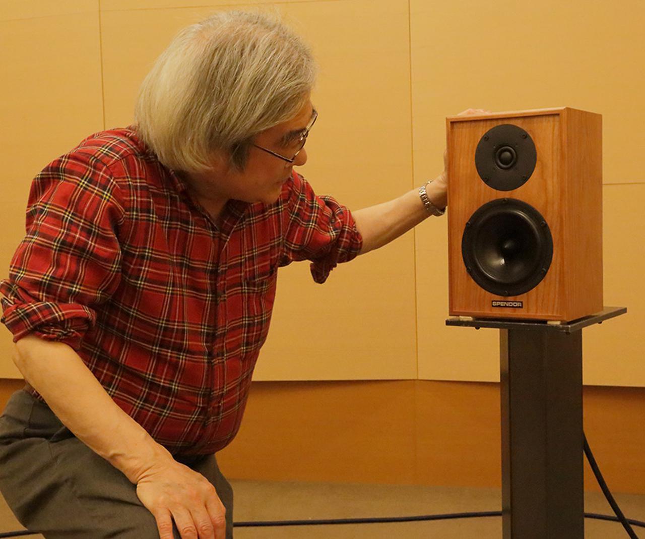 画像: 「Classic 4/5」の搭載ユニットを確認する吉田氏。