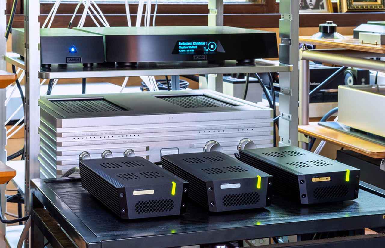 """画像: 左からsCLK-OCX10、tX-USBultra SE-S、sPS-500。単体の試聴で一番印象のよかった銀線仕様にこれらを組み合わせることで、""""アナログそのもの""""のようなサウンドが体験できた。後のラックに見えるルーミンX1は最近導入されたばかり!"""