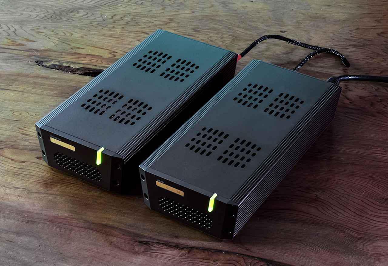 画像: 写真左が電源ユニットのsPS-500で、右がマスタークロックsCLK-OCX10。tX-USBultraにはACアダプターが付属しており、独自のクロックも内蔵しているが、これらを組み合わせることでさらなる音質改善が実現できた