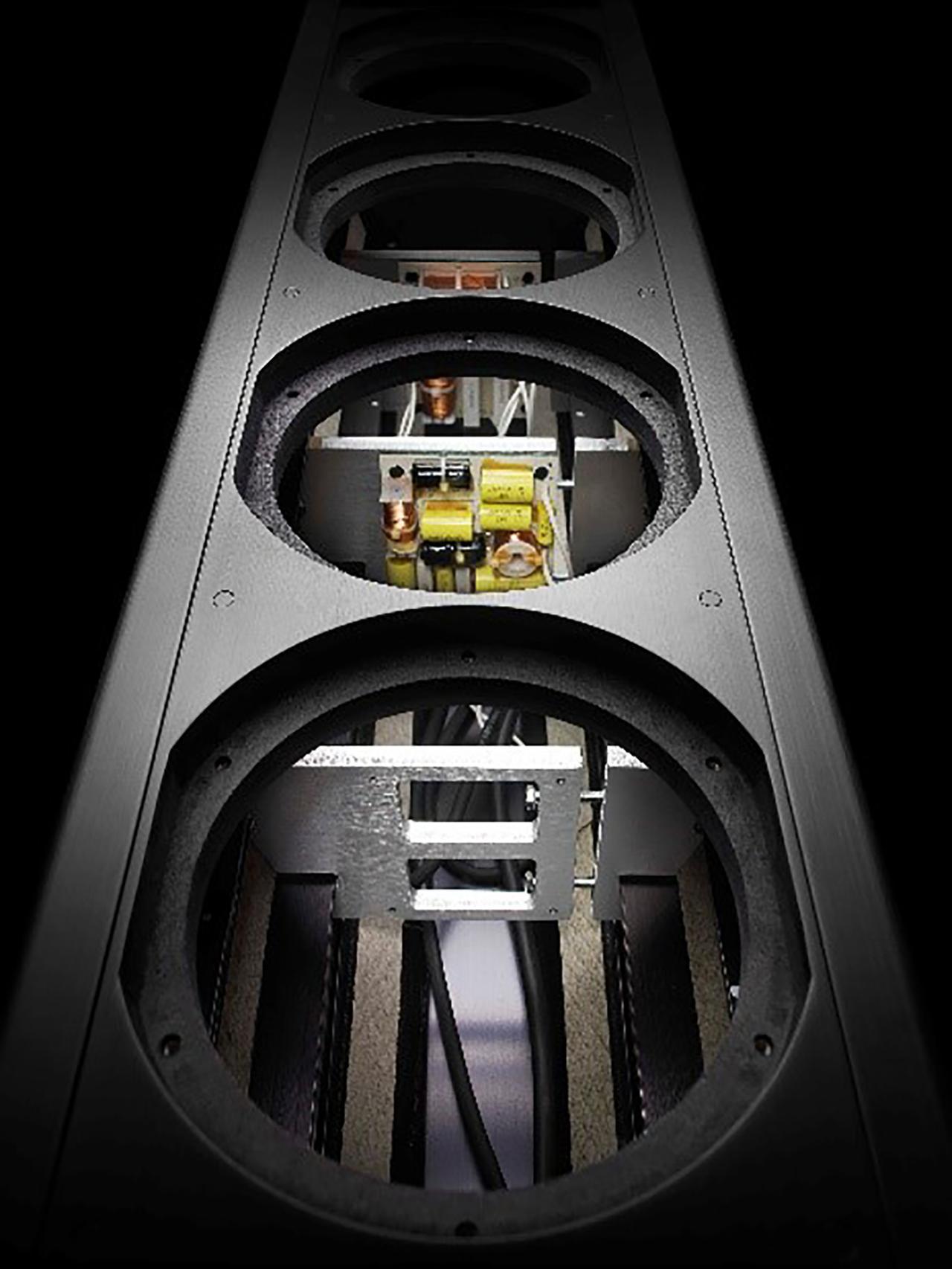 画像: アルミニウムキャビネットは高剛性を保ちつつ、木製キャビネットよりも側面の厚みが薄く作れるのが利点。内部は同じ容量でも外寸が小さくできる(写真はCoax 711の内部)