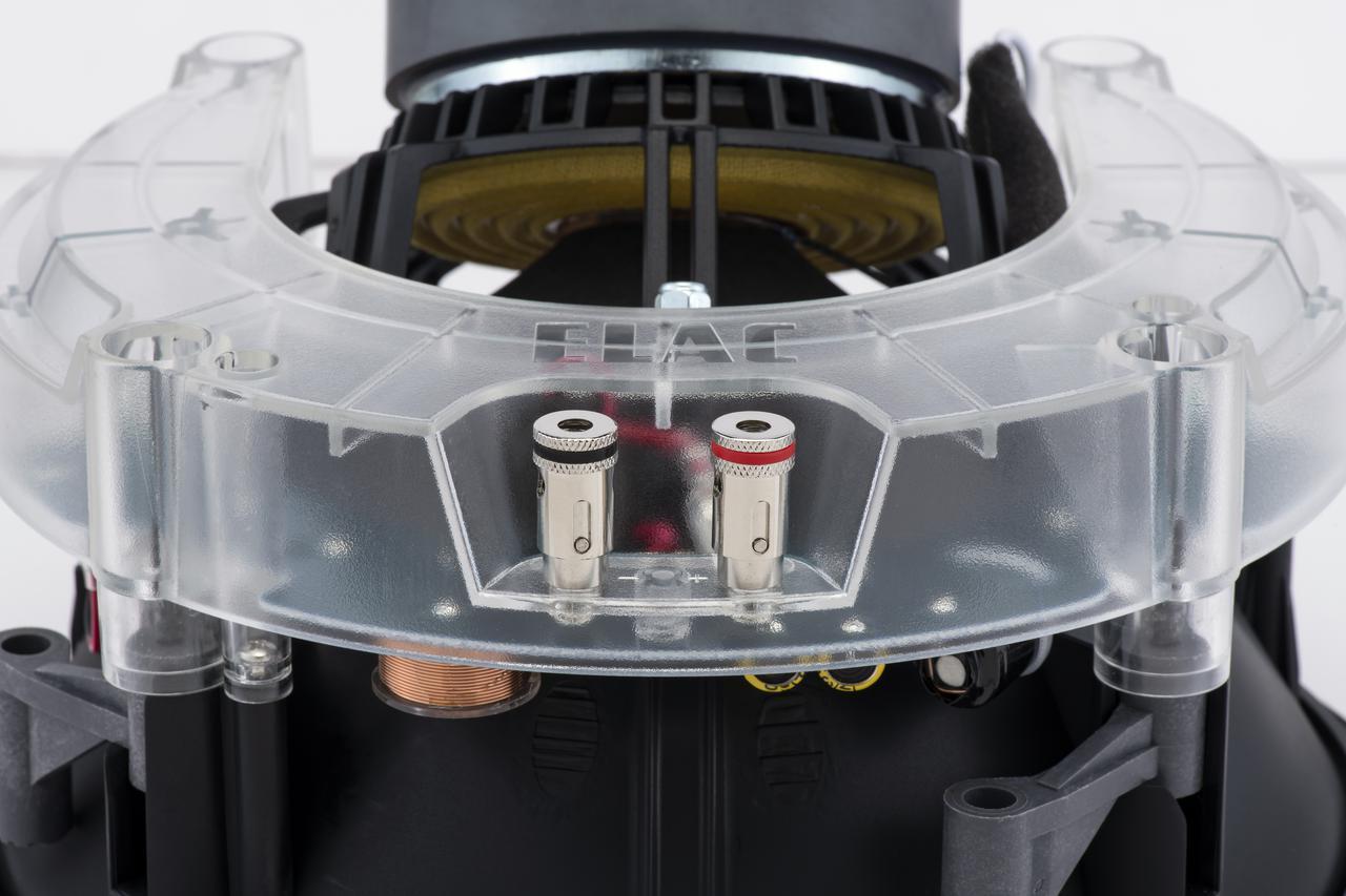 画像: スピーカー端子は、裸線の接続だけでなく、バナナプラグにも対応したスプリング式のコネクターを採用。壁内配線では長期間安定した接続が重要で、どちらの方法がベターかはケースバイケース。こちらもしっかり吟味したい