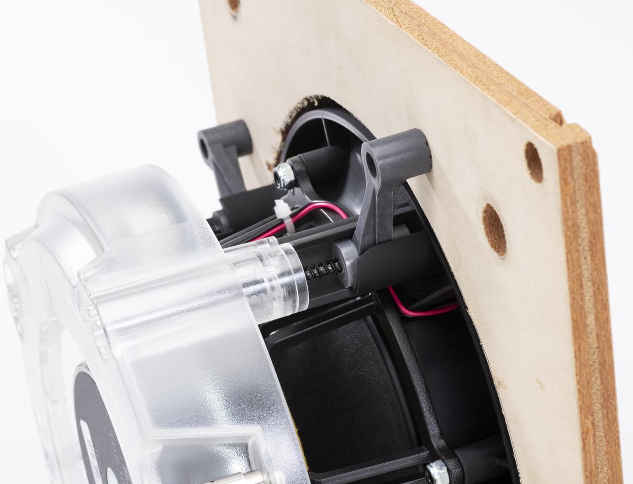 画像: 取付け用ネジは、前面からねじ込んでいくと、写真のホルダーがユニット外側に回転し、壁面とがっちり固定する仕組み。壁面の板厚は10〜20mmに対応する