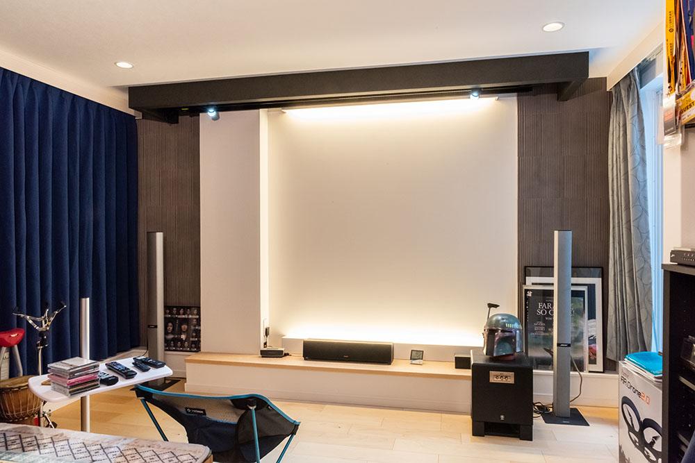 画像: 田中要次さんのホームシアターフロントサイド。正面天井のボックス内に110インチのスクリーンが取り付けられており、リモコン操作で降りてくる仕組みだ
