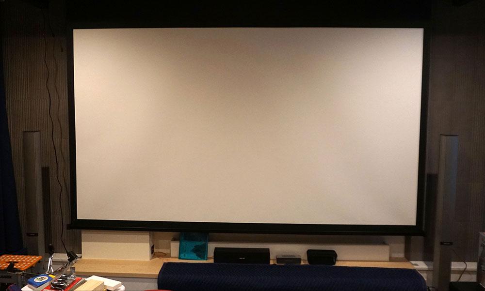 画像: 無事110インチスクリーンの取り付けが完了。期待を裏切らない迫力に田中さんも嬉しそうでした