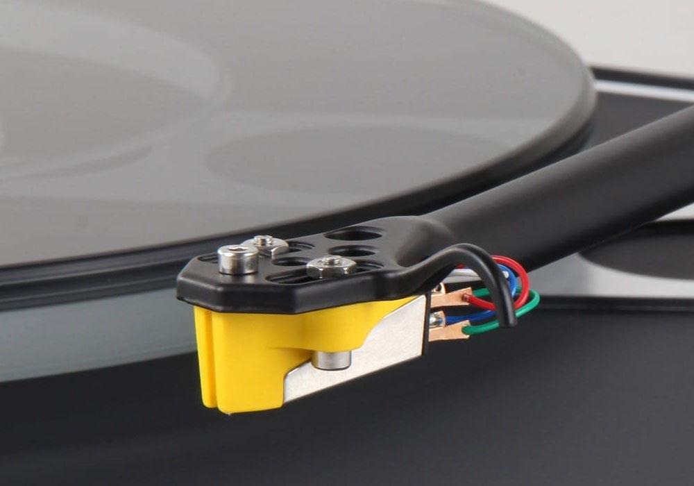 画像: イギリスREGAのレコードプレーヤーに「Planar 3 MK2 with Exact」が追加。ブラック、ホワイト、レッドの3色展開で、Exactカートリッジも付属