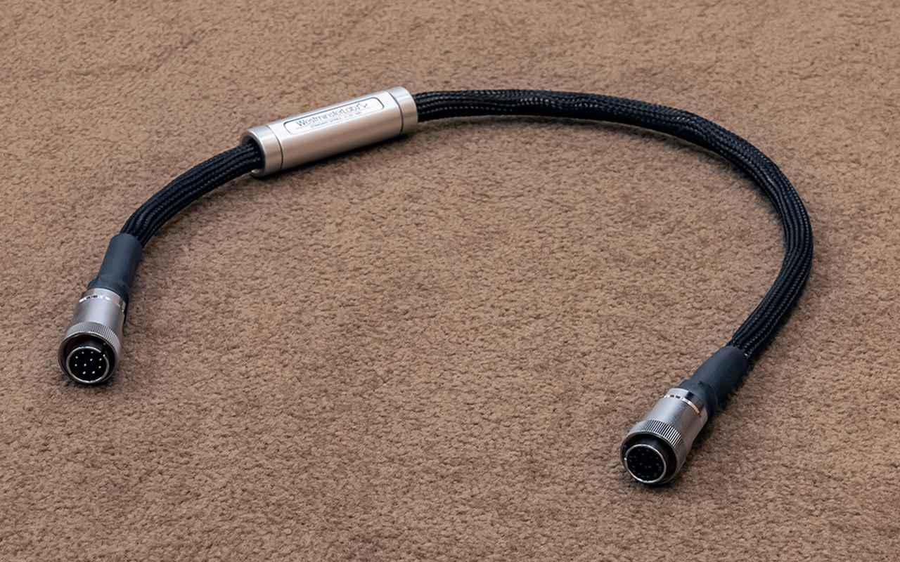 画像: LUMIN DC Cable X1-X1-C ¥363,000(0.6m、税込)、¥517,000(1.2m、税込) ルーミンのプレーヤー「X1」「S1」「U1」にはオプション電源ケーブルが多数準備されている。今回はカーボンシールド付きの「X1-X1-C」をチョイスした