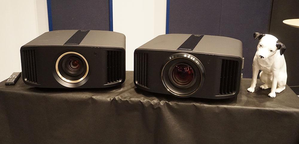 画像: 写真右がトップモデル「DLA-V90R」で、左が「DLA-V70R」。レンズ部の違いが一目瞭然。「DLA-V80R」は、天板のセンタープレートがV90R同等の金属仕上げとなる
