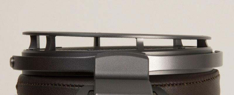 画像: 音の反射角をコントロールするチルト・ガードメッシュ構造を採用