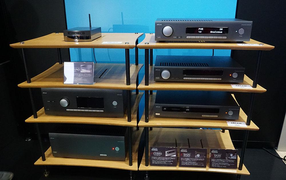 画像: ARCAMブランドの新製品。ラック右が上から「SA30」「SA20」「DCS50」で、左上段が「SOLO UNO」。ラック左の下段はセパレートアンプの参考展示品