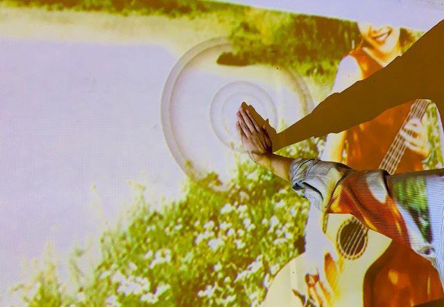 画像: タワレコ上田店でスピッツの30年間を振り返る展示会を実施。プロジェクター利用した大画面ジュークボックスでスピッツの曲が楽しめる