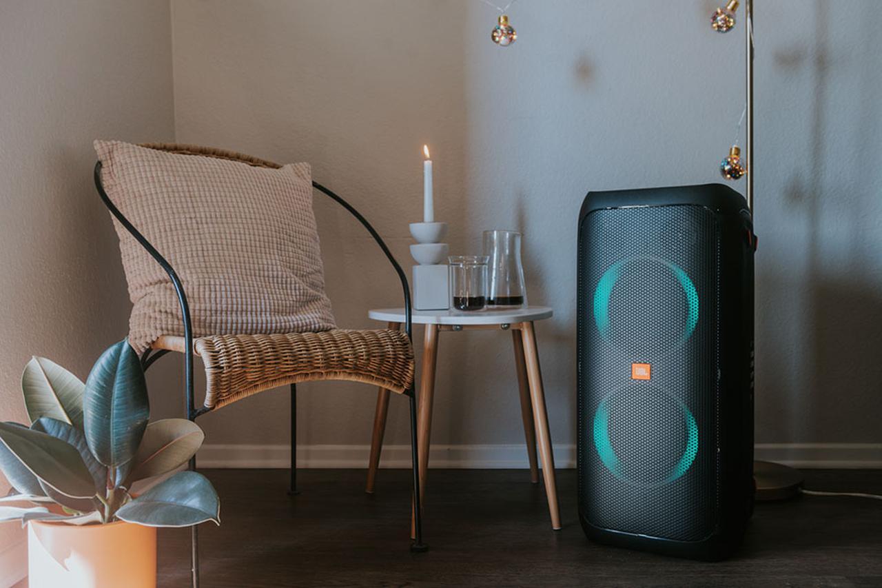 画像: JBLがパーティースピーカー「PartyBox 310」を8月6日に発売。防滴機能の搭載と持ち運びやすさも加わりオールラウンドで活躍 - Stereo Sound ONLINE