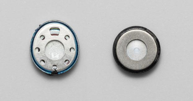 画像: 左がAH-C830NCW用の11×10mm楕円ユニットで、右がAH0C630W用の10mm真円ユニット。ドライバー前面の音響レンスの形状も異なるなど、それぞれに最適なチューニングが施されている