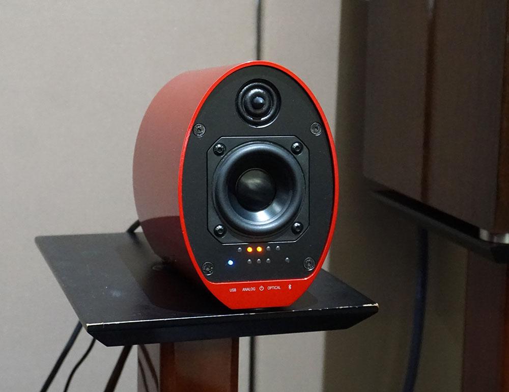 画像: DSD 5.6MHzを再生している状態。赤色のLEDがふたつ点灯している。DSD 2.8MHz時は赤色LEDが1個になる