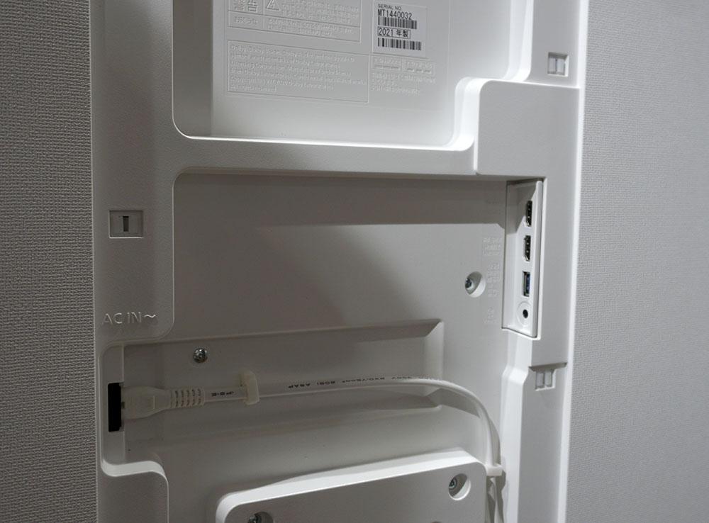 画像: モニターの背面端子部。写真右側に2系統のHDMI入力とUSB端子を備える。通常はここにカバーが付けられるので端子類は目に入らない。端子周りに空間が設けられているので、配信用のデバイスも収納できそうだ