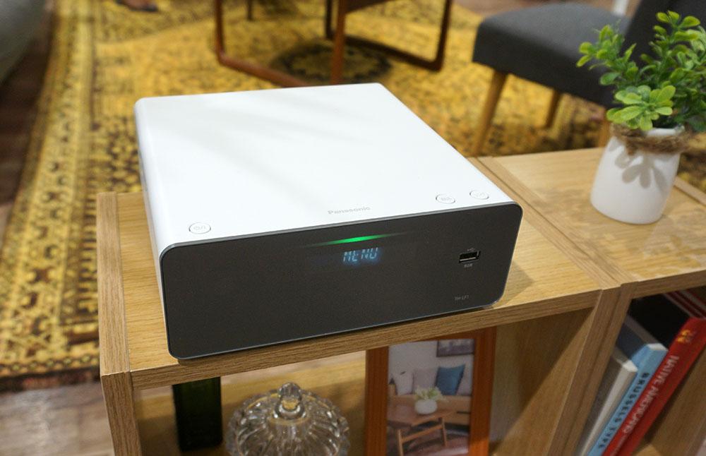 画像: チューナー部は、ハーフサイズのディーガとよく似たデザイン。2TバイトのHDDを内蔵し、4K放送の録画も可能だ。ディスクドライブは内蔵していないので、録画番組のディスク保存や市販ブルーレイの再生はできない