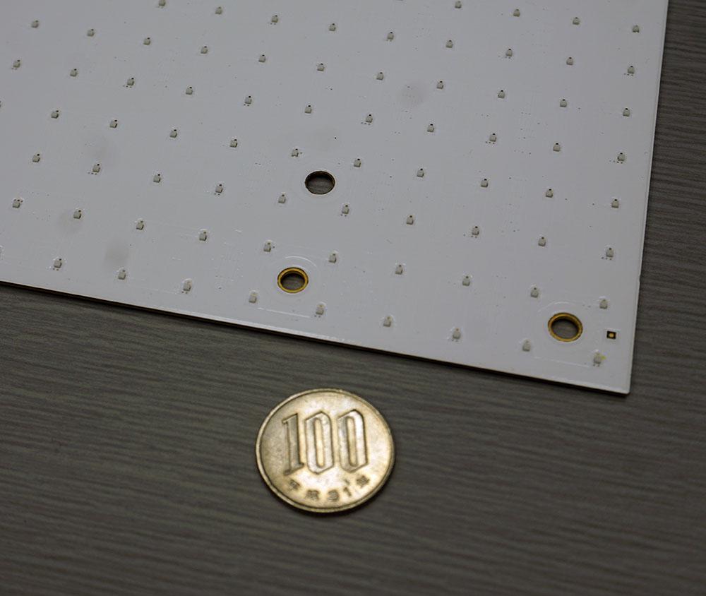 画像: 試作機で使われたミニLEDバックライト。白いシートに並んでいるひとつひとつの粒がLEDそのもので、シートの裏にLEDを駆動するドライバーが並んでいる