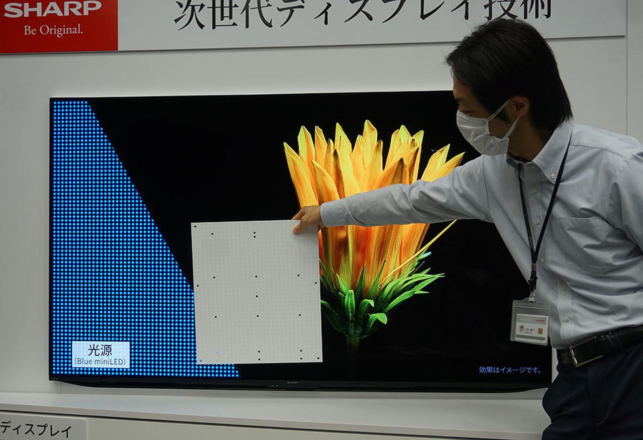 画像: 上の写真のバックライトシートが、液晶パネルの後ろに敷き詰められている。このサイズなので、画面の隅々までLEDを並べることができたわけだ