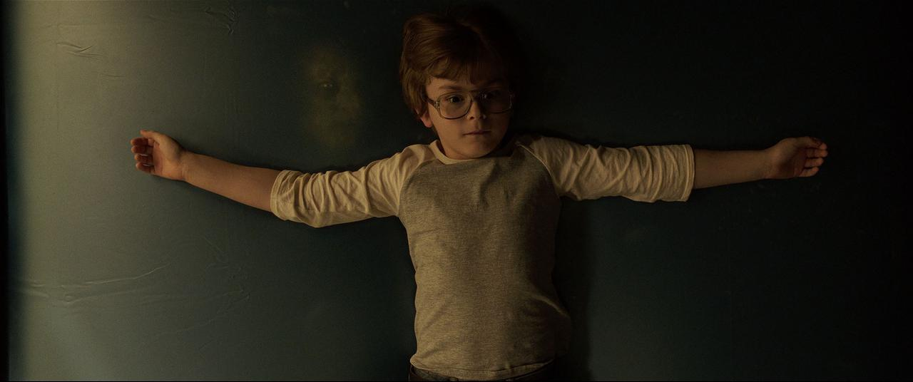"""画像: 11歳の少年デイヴィッドは、引っ越しをきっかけに""""得体の知れない何か""""に取り憑かれ……"""