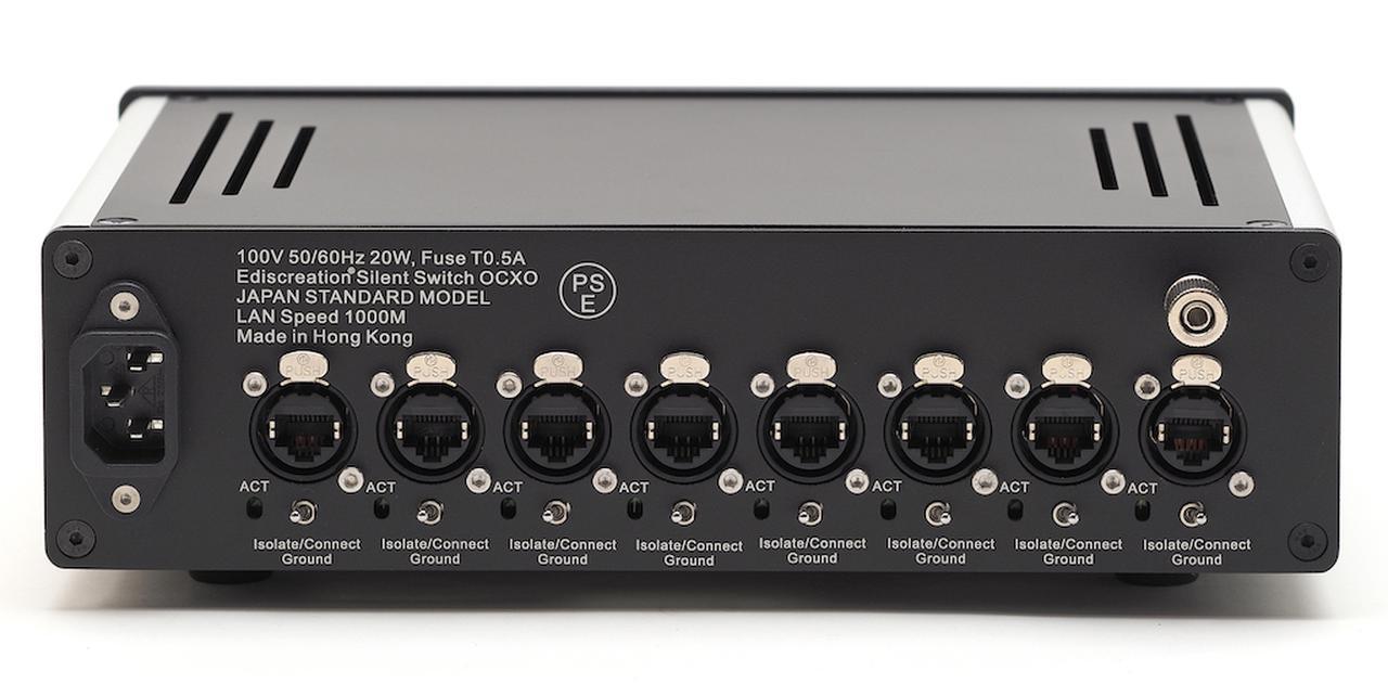 画像: LAN端子を8系統備えるギガビット対応のスイッチングハブ。強力なアナログリニア電源の搭載や、ソリッドアルミニウムによる強靭な筐体構造、OCXO(恒温槽付き発振素子)を使った低ジッタークロック、ロック機構付きのLAN端子など、細部までオーディオコンポーネント流儀の設計が徹底されている。LAN端子からのノイズ混入防止のため、グラウンド分離スイッチをそれぞれの端子の下に備えている