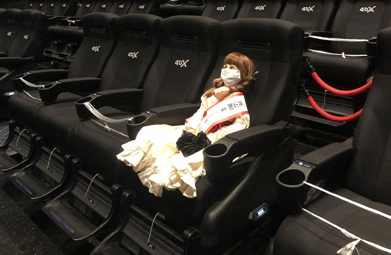 画像: 今回出番がないアナベルは、宣伝隊長として活躍中。4DXで本作を鑑賞してご満悦の様子